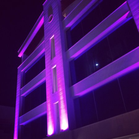 Ideal Pearl Hotel : Hotel at night.