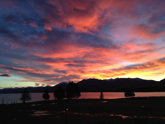Lake Tekapo Village Motel: Amazing sunrise over Lake Tekapo - shot from the balcony of Studio Upstairs