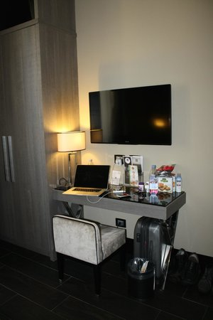 Rome Life Hotel: Rome Life TV, desk area