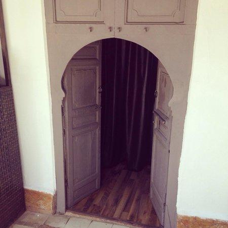 Les Jardins D Henia: La porte qui mène a la salle des massages