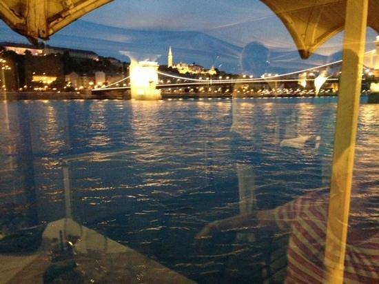 Venhajo-Etterem: View from table of Chain bridge early evening