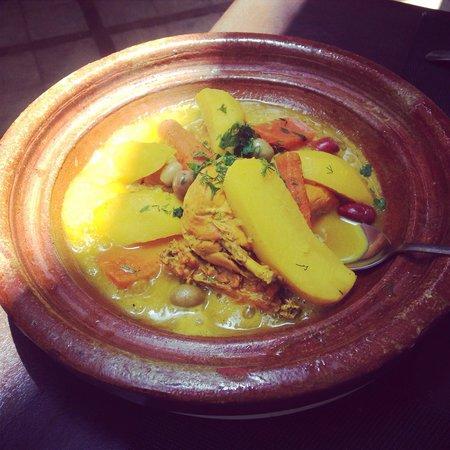 Les Jardins D Henia: Plat principal : Tajine de poulet au citron. Un pur délice !!