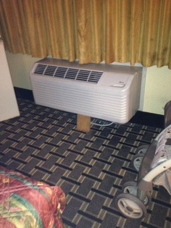 Knights Inn Mount Laurel: propped air conditioner unit