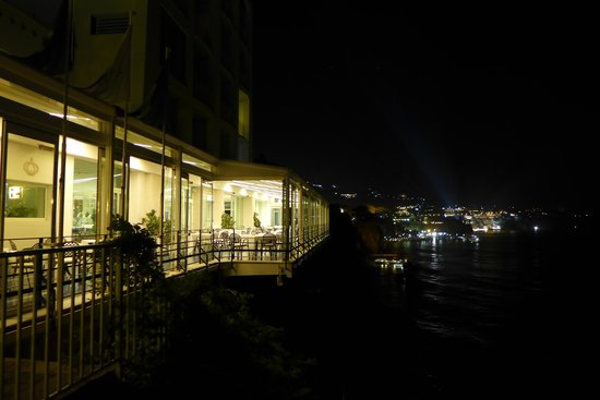 Hotel Parco dei Principi: Night scene of the dinning room at the edge of a cliff.