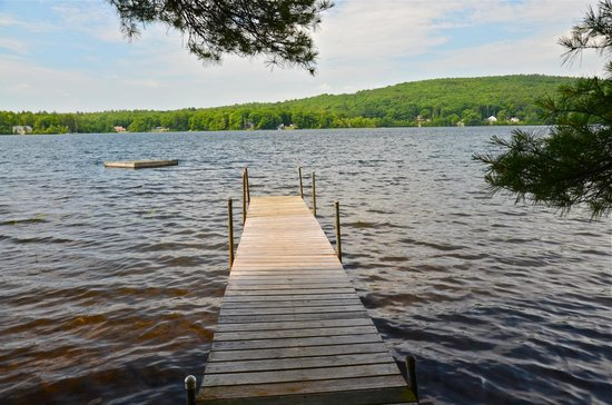 Meadow Farm Bed and Breakfast: B&B's private dock on the lake