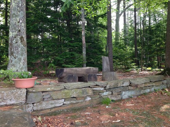 Meadow Farm Bed and Breakfast: Dry stone wall and seating on the lake