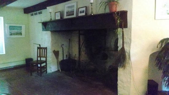 Inn at Glencairn : Colonial fireplace in sitting room