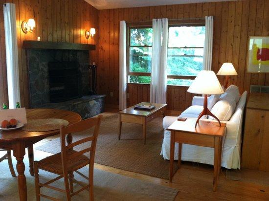 Fire Mountain Inn: Front door view