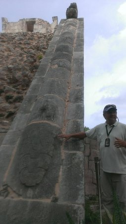 Chichen Itza With Jerry: Jerry explaining the body of Kukulkan