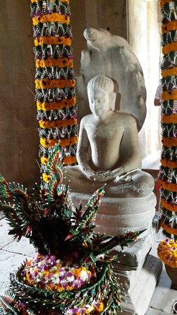 Khmer Ruins: ภายในมีพระพุทธรูปเก่า