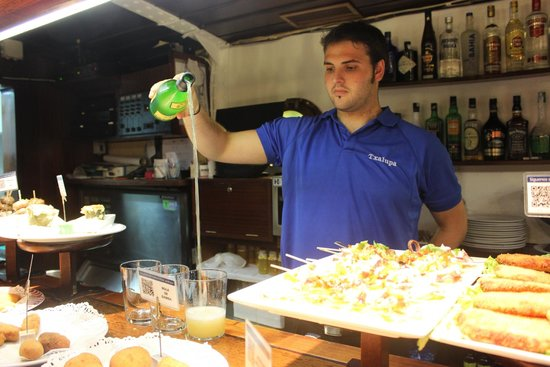 San Sebastian Walking Tours: Pouring cider