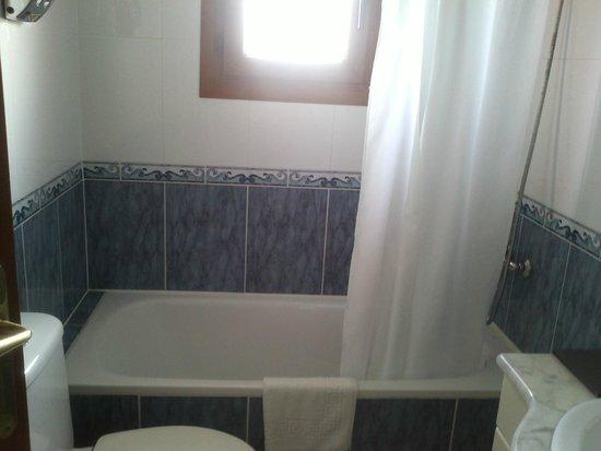 Hotel Montmar: El luminoso baño