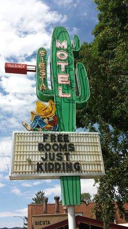 Siesta Motel: FREE ROOMS JUST KIDDING