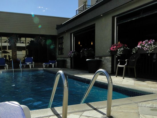 Coast Capri Hotel Kelowna: Pool area
