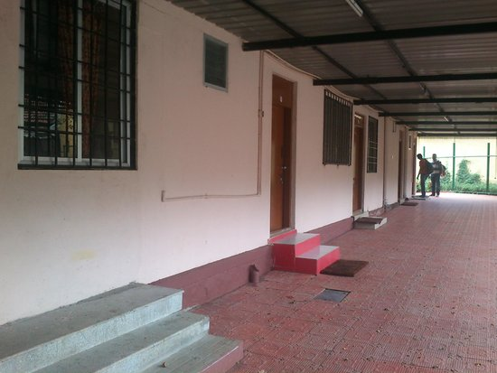 Hotel Mayura River View: Front view of the rooms outside the gate but within the property