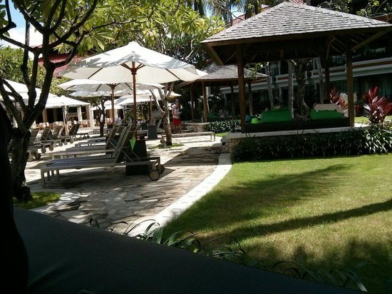 Holiday Inn Resort Baruna Bali: The resting area around the pool