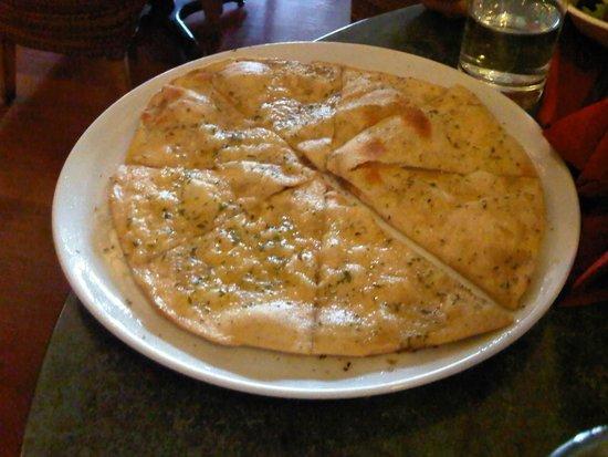 Casa Bella: yummy garlic pizza