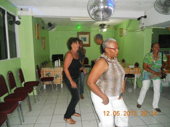 Stephanie's Hotel: Entertainment with guests in the restaurant
