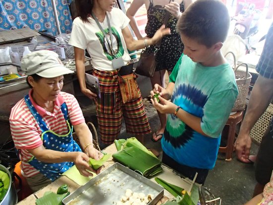 Suwannee Thai Cooking Class: Interacting at the market