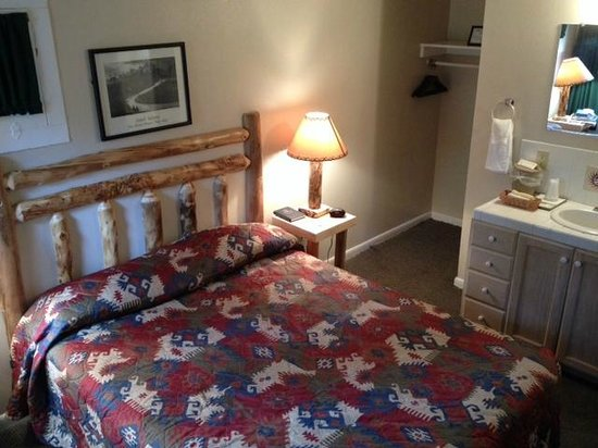 Jacob Lake Inn : Cute bed in Cabin (notice closet!)
