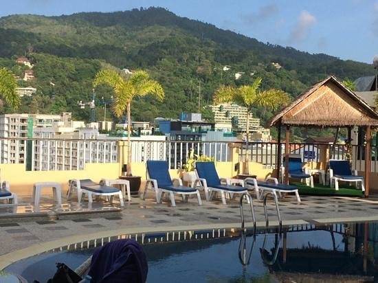Patong Hemingway's Hotel : Roof top pool view.