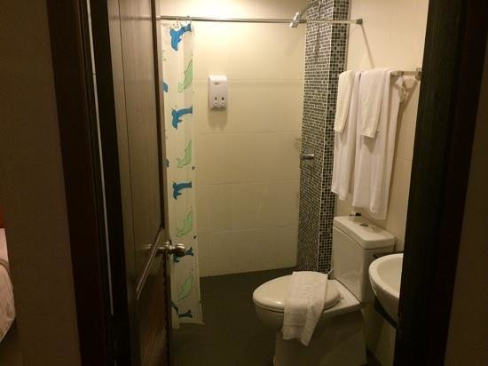 Patong Hemingway's Hotel: Walk in shower.