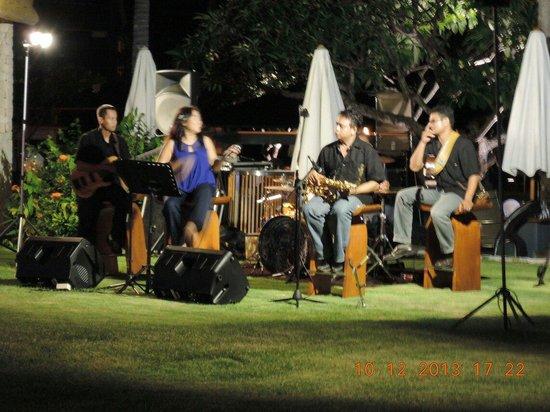 Holiday Inn Resort Baruna Bali: The band at the bar