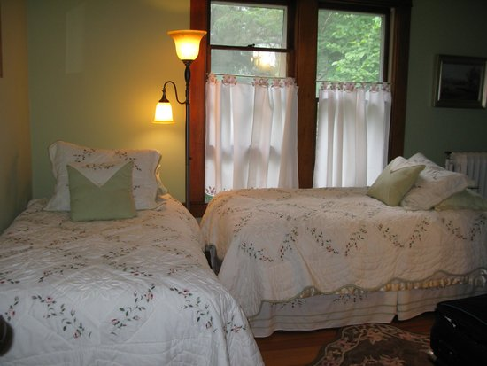O'Leary's Bed and Breakfast : Twin Garden Room....small, cheery and bright