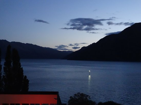 Rydges Lakeland Resort Hotel Queenstown: View (3) at Night from our room's balcony