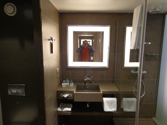 Novotel London Tower Bridge : nice and stylish bathroom