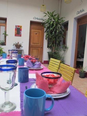 El Diablo y la Sandia Libres : Mesa en el patio central donde se desayuna