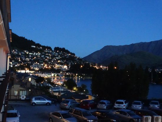 Rydges Lakeland Resort Hotel Queenstown: View (1) at Night from our room's balcony