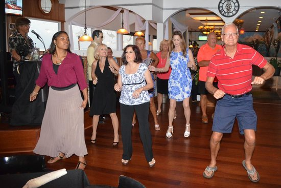 Island View Restaurant: Line dancing on Tuesday evening.