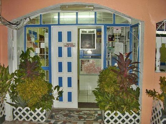 Stephanie's Hotel: Entrance of the hotel