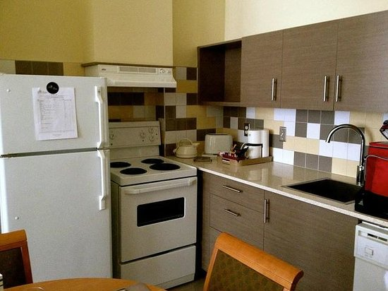 Le Square Phillips Hotel & Suites: Full kitchen