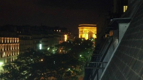 Hotel Astrid: View of Arc de Triomphe from the 6th floor triple room
