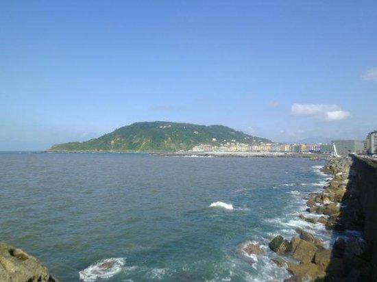 Parte Vieja: view from walk around S.Sebastian's tongue on ocean
