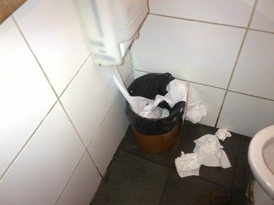 Miraolas: bathroom mess