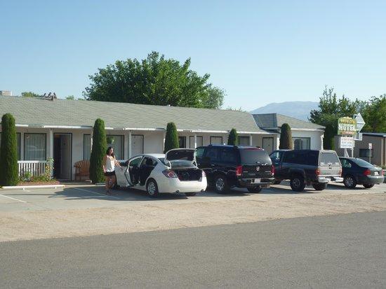 Ray's Den Motel : Aparcamiento en el ingreso a las habitaciones.