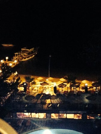 Golmar Beach Hotel: The view on the beach, on a night time.
