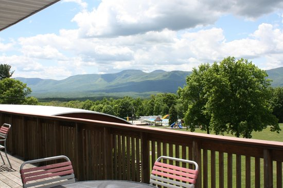 Sunny Hill Resort and Golf Course: Beautiful view of the Catskills and pool from the Austland