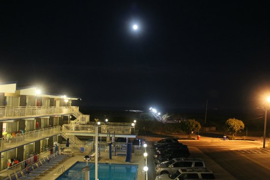 Attache Resort Motel: Night view from hotel