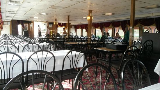 Dubuque River Rides: Bottom level dinning area