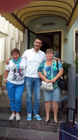 Arpa Hotel: Лоренцо- хозяин отеля и мы. Прощаемся! Спасибо!