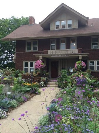 Mendota Lake House B&B: Attractive entrance yard and a plant nerd's paradise.