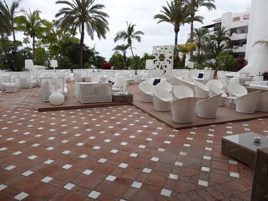 Hotel Jardín Tropical: Dak terras met lig bedded eb hemel bedden uitzicht vol op de zee.