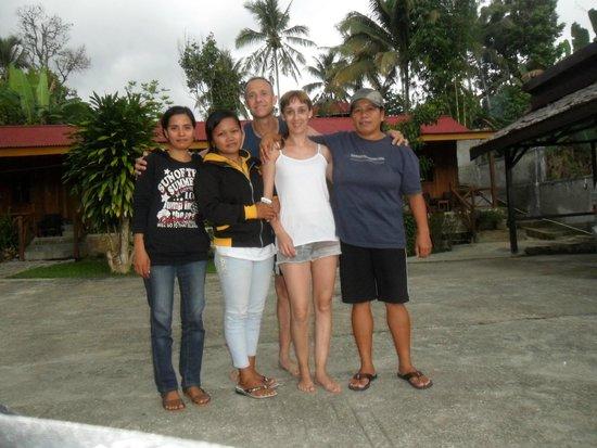 Ue Datu Cottages: Con Elly y las dos chicas del hotel