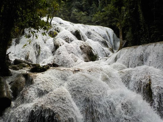 Ue Datu Cottages: Cascada de Tentena