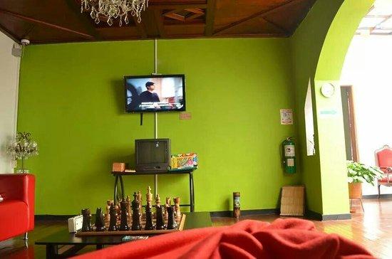 Mirador Andino Hostel: Sala común, muy cómodo y acogedor