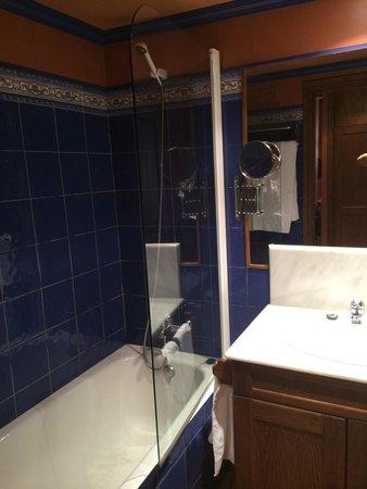 Suite Aparthotel y Spa Eth Refugi d'Aran: Baño